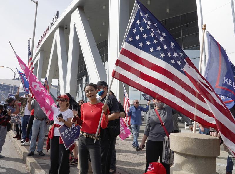 2020年11月5日,佐治亞州亞特蘭大州立農業體育場外,特朗普的支持者聚集抗議選舉不公。(TAMI CHAPPELL/AFP via Getty Images)