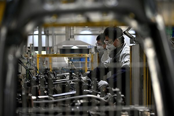 有大陸學者表示,大陸每年將減少一千萬的勞力。圖為受瘟疫影響下的中國工廠。(NOEL CELISAFP via Getty Images)