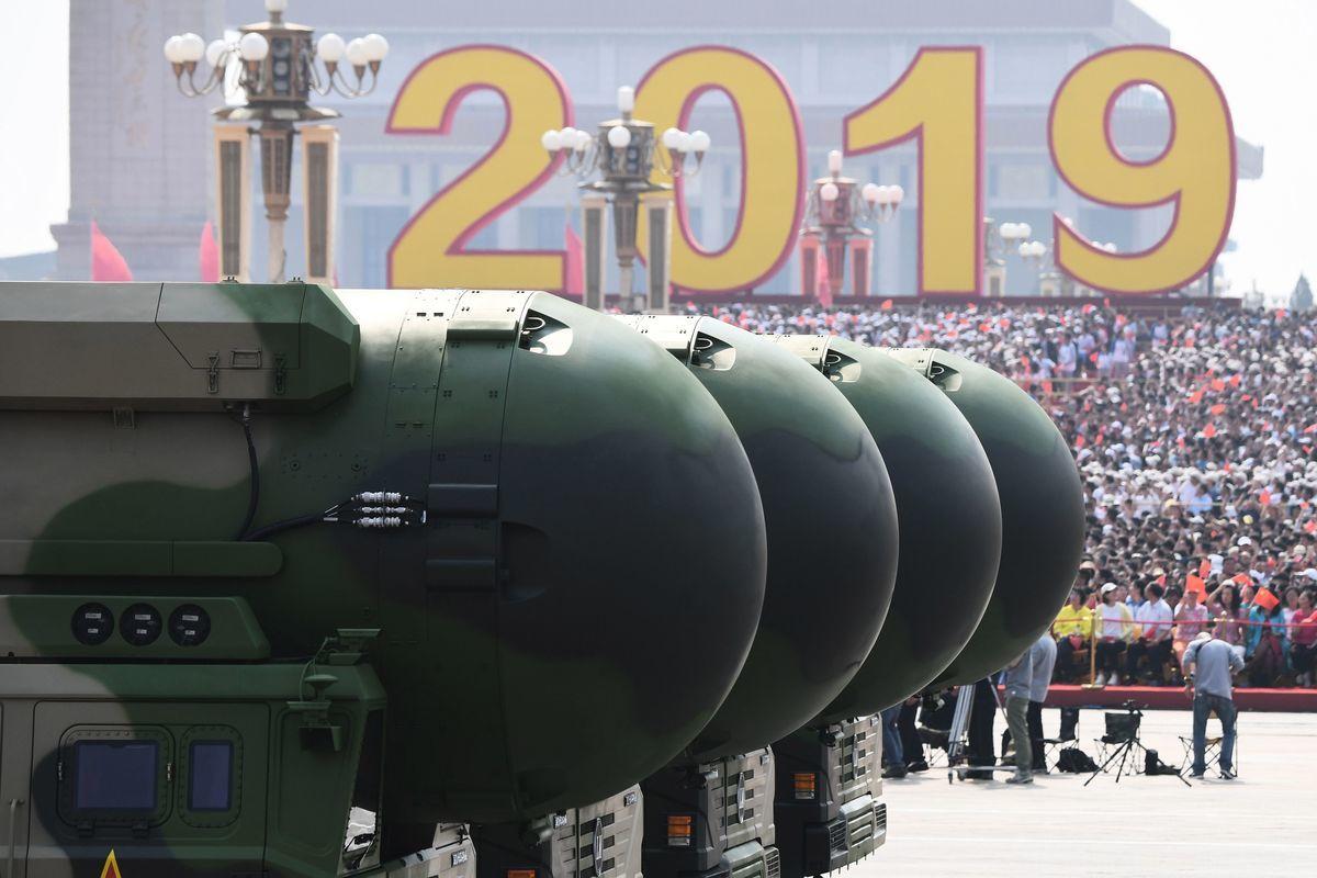 圖為2019年10月1日,在北京天安門廣場紀念中共篡政70周年的閱兵式上,展示了中共軍方研發的東風-41(DF-41)核能力洲際彈道導彈。(GREG BAKER/AFP via Getty Images)
