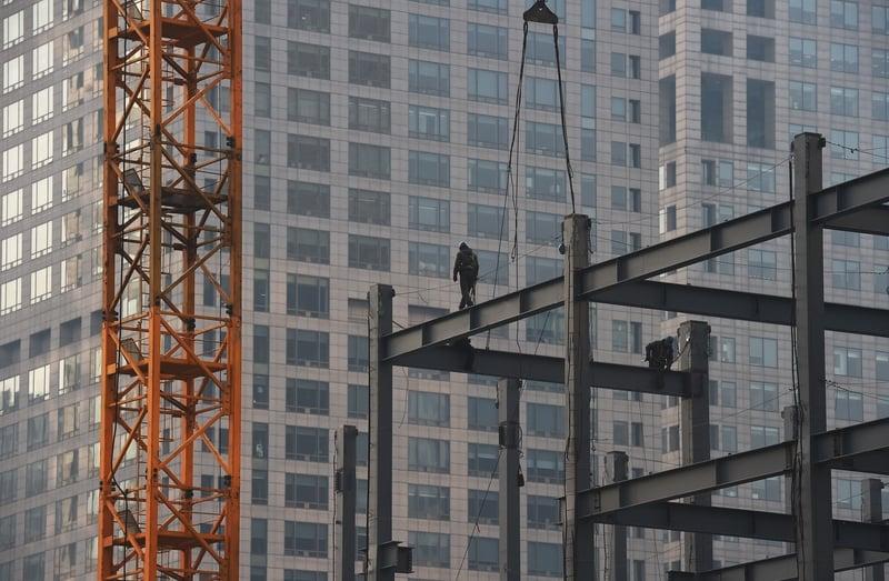 中共肺炎疫情至今,大陸消費者的購房需求大減,加上中共累積數百次的調控,眾多房企正在降價售房,但成交量仍然不佳。圖為北京一處建築工地。(GREG BAKER/AFP/Getty Images)