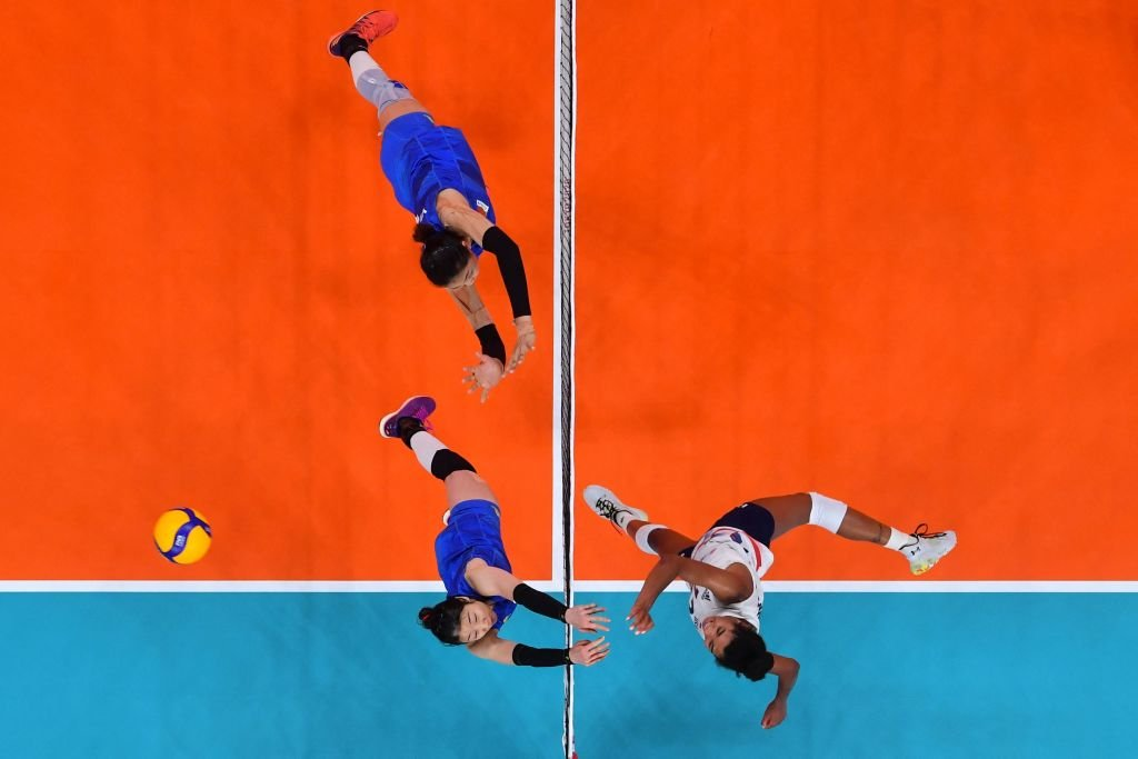 繼兩場0:3不敵土耳其和美國後,2021年7月29日,中國女排在東京奧運會上連續第三次在比賽中失利,輸給了俄羅斯。小組賽瀕臨出局。圖為7月27日,中國女排和美國女排的比賽。(ANTONIN THUILLIER/AFP via Getty Images)