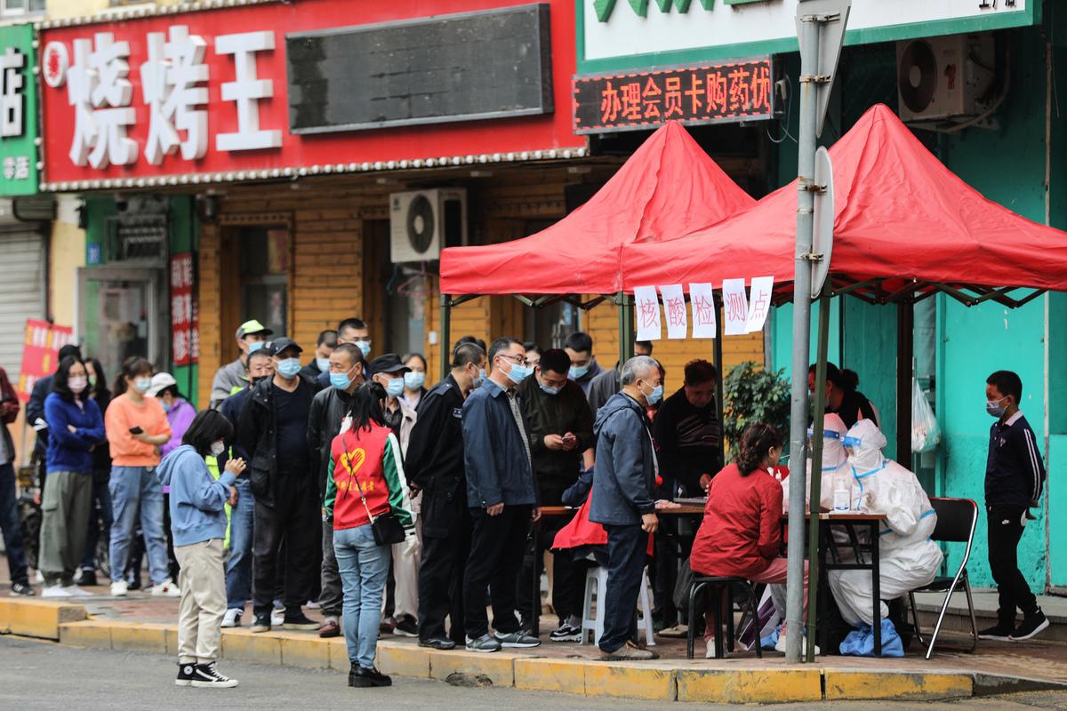 2021年9月22日,中國黑龍江省哈爾濱市,民眾排隊等候接受COVID-19(中共病毒、新冠病毒)檢測。(STR/AFP via Getty Images)