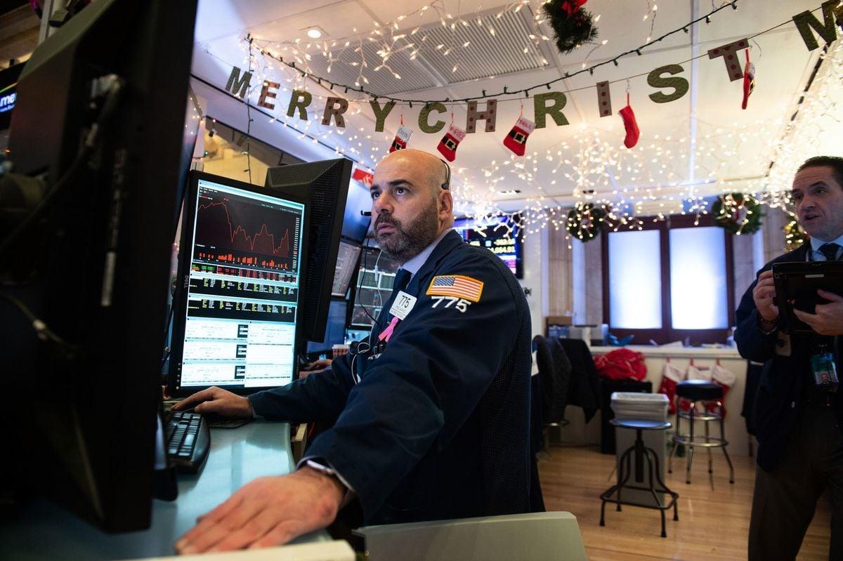 道瓊斯指數和標準普爾500指數12月雙雙下跌超過12%,成為最差聖誕前夜。不過,幾乎所有美國大型銀行分析師都預測,2019年美國股市不會繼續下跌。(Bryan R. Smith/AFP/Getty Images)