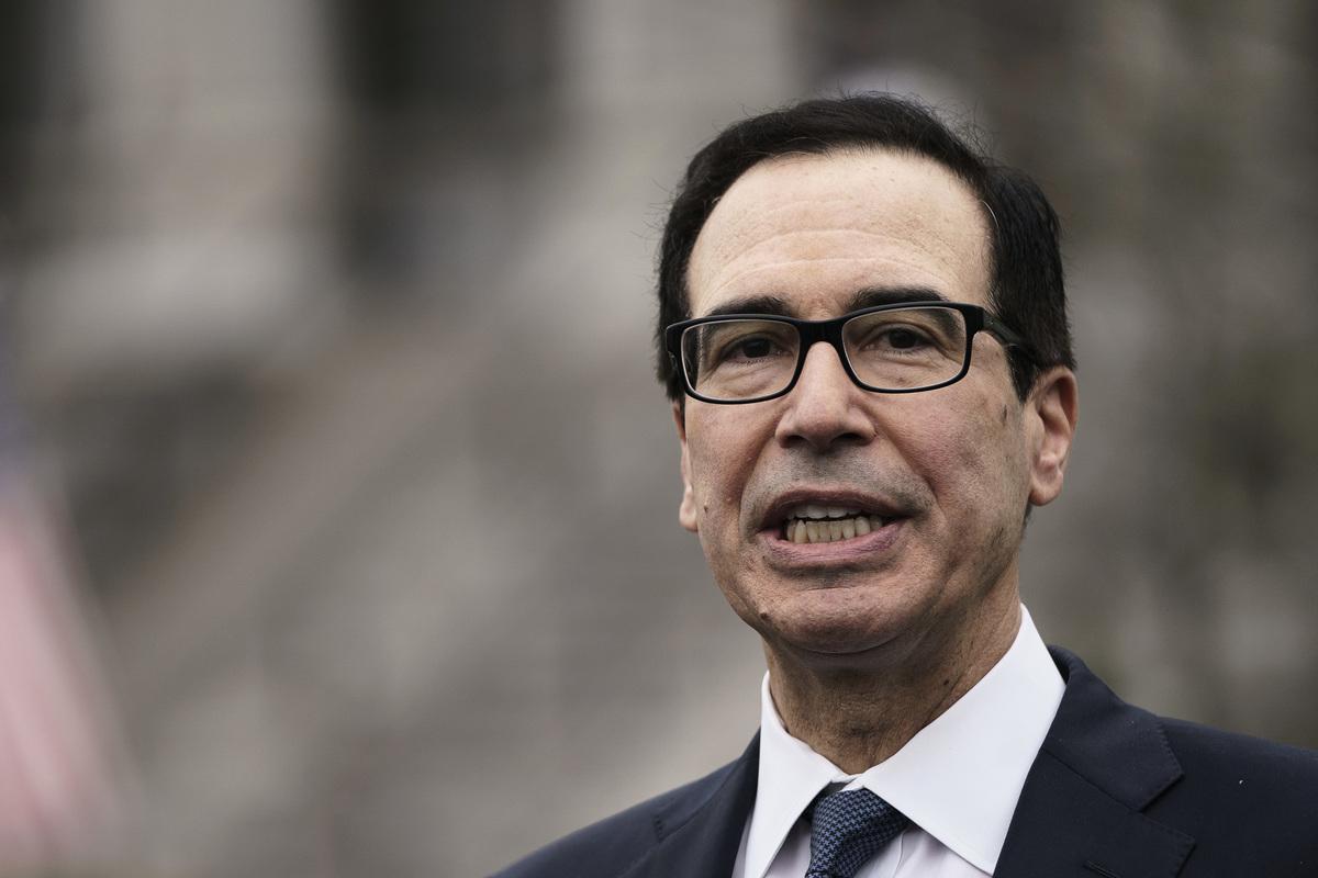 美國財政部長梅努欽(Steven Mnuchin)表示,周末前有八千萬名美國人的補助金將入帳,為人們提供快速直接的援助。(Drew Angerer/Getty Images)