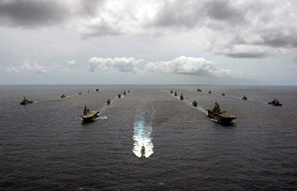 2020年8月31日,10個國家的22艘軍艦、1艘潛艇編隊航行,2020年環太平洋演習(RIMPAC)落幕。(美國印太司令部)