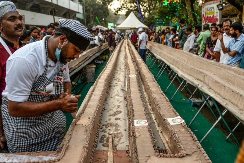 1,500位烘焙師與廚師齊聚於克勒拉省,耗時4小時後成功打破世界紀錄。(AFP)