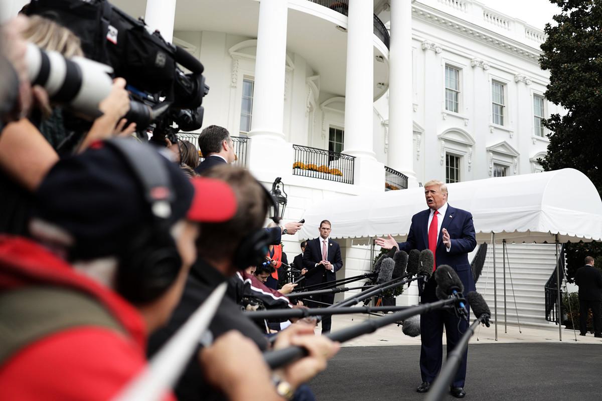 美國總統特朗普10月25日在白宮南草坪被媒體追問如何看待副總統麥克·彭斯(Mike Pence)的第二次對華演講內容、尤其是挺香港部份時,特朗普連說了三遍「彭斯的演講很好」。(Alex Wong/Getty Images)