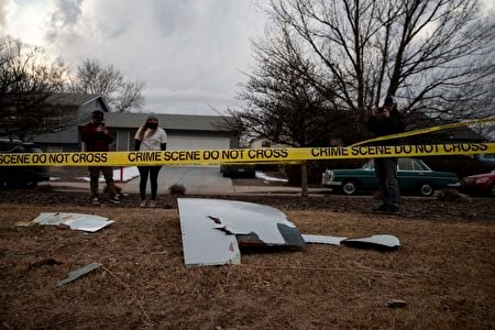 2021年2月20日,美國科羅拉多州布隆姆菲爾德(Broomfield),一架聯合航空飛機的發動機碎片散落在地面後,民眾正在附近觀看。(CHET STRANGE/AFP via Getty Images)