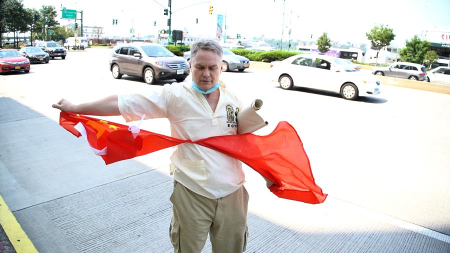 白人中領館前怒撕五星旗 抗議中共瞞疫致全球大流行