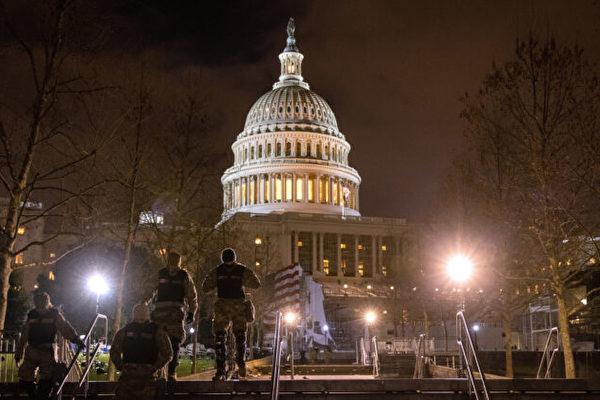 圖為2021年1月6日晚間,美國國會大廈。(John Moore/Getty Images)