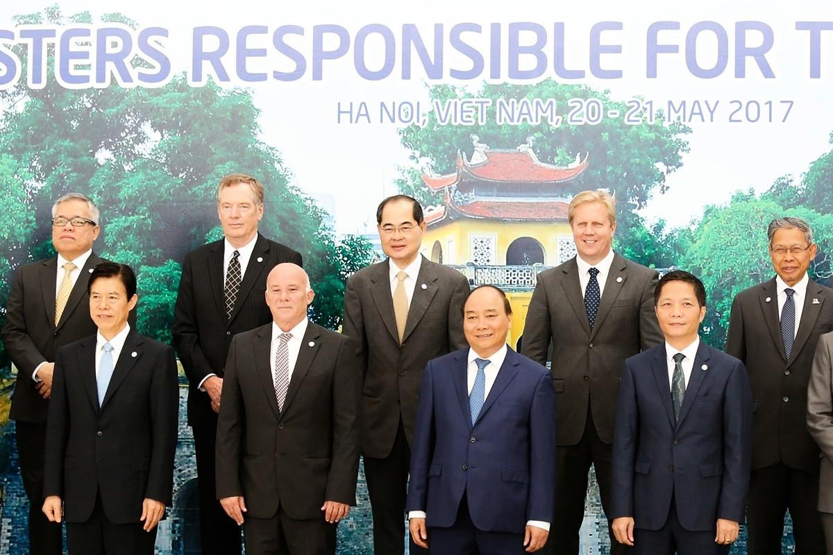 專家指,中共商務部部長鐘山加入貿易談判核心,他的角色更有可能是鎖定談判細節,並將重大決策推遲到最高的領導層一級。圖為鐘山(前排左一),美國貿易代表萊特希澤(後排左二)在2017年出席越南河內的APEC會議。(KHAM/AFP/Getty Images)