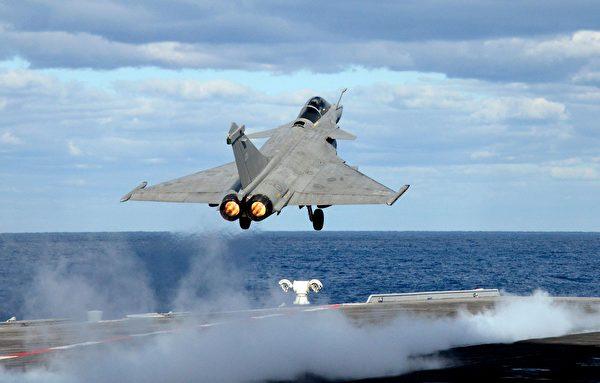 2020年2月10日,一架法國陣風戰鬥機從法國航母戴高樂號上起飛。(Mario Goldman/AFP via Getty Images)