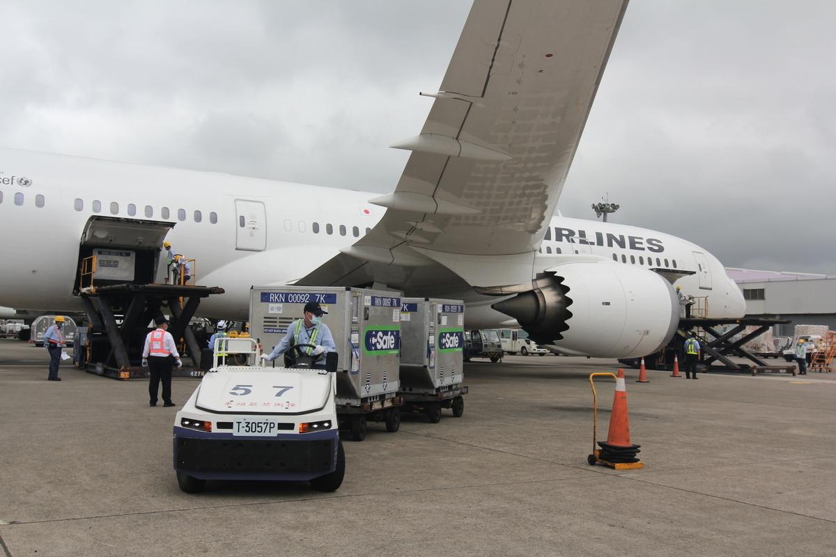 日本援助台灣的124萬劑AZ疫苗,2021年6月4日下午由日本航空JL809班機運抵桃園機場。(中央社)