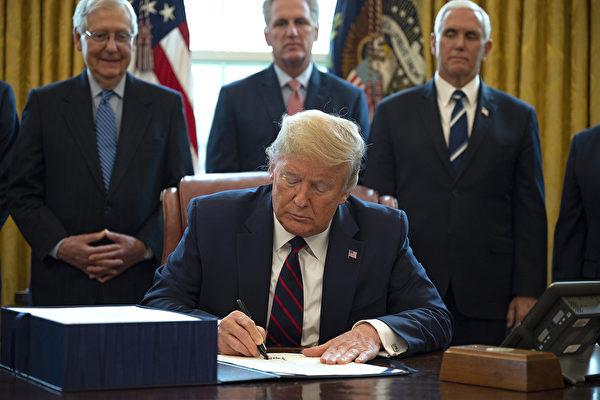 美國聯邦眾議院3月27日通過2萬億美元援助法案,特朗普總統已於當天下午簽署這個美國史上金額最大的援助法案。 (JIM WATSON / AFP)