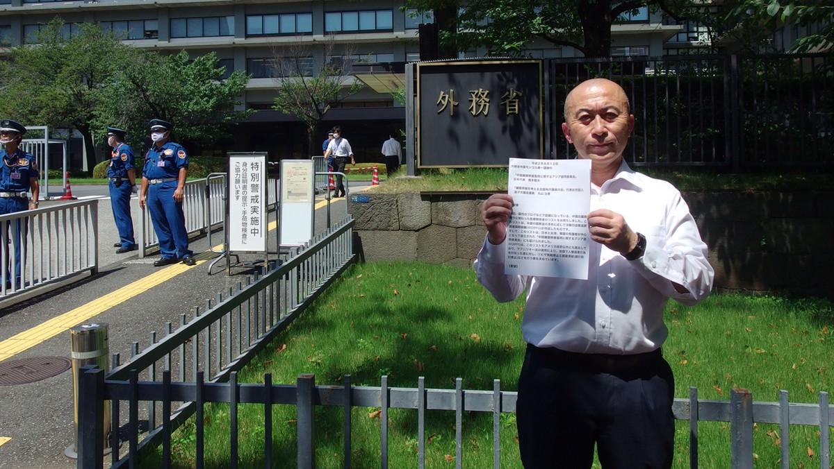 8月12日,「中國器官移植濫用亞洲諮詢委員會」日本代表根本敬夫前往日本外務省,提交了涉嫌強迫摘除器官的中國醫生的名單。(張本真/大紀元)