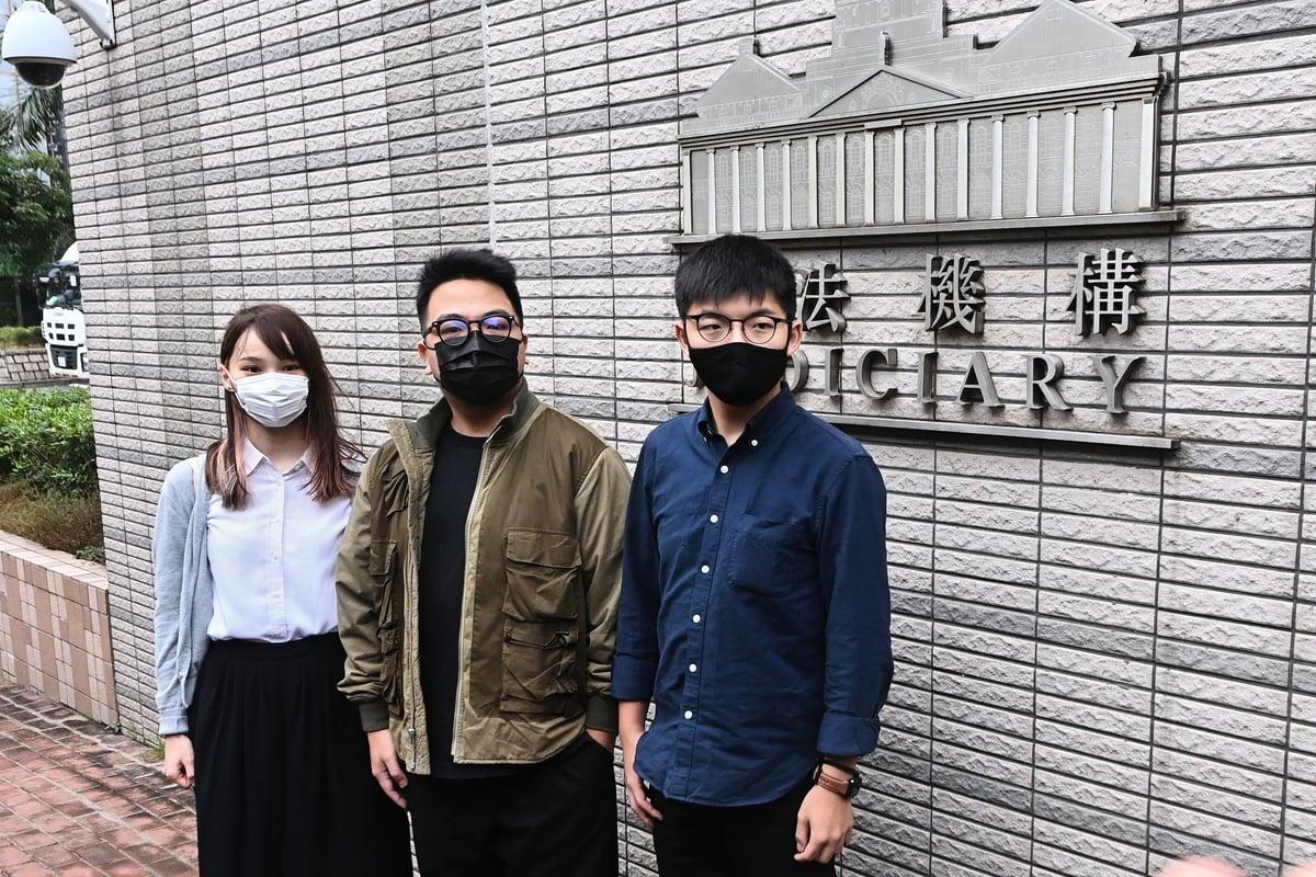 前香港眾志秘書長黃之鋒(右)、前成員周庭(左)及前主席林朗彥(中)被指於2019年6月21日包圍警總,被控煽惑、組織及參與未經批准集結等罪名。(宋碧龍/大紀元)
