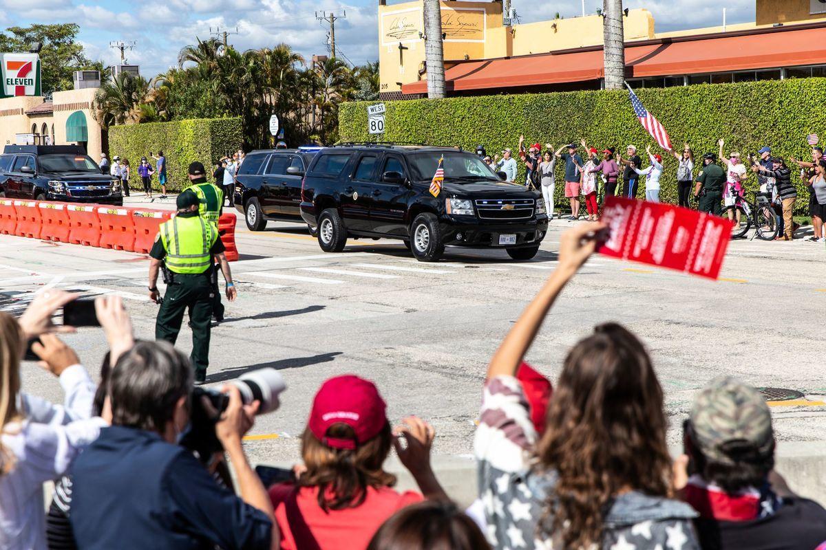 1月20日,特朗普抵達佛羅里達,他的支持者沿途夾道歡迎。( ADAM DELGIUDICE/AFP via Getty Images)