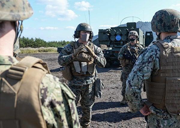 2020年10月27日,美國海軍陸戰隊在日本富士營聯合武器訓練中心演示M142高機動火箭系統戰備情況。(美國印太司令部)