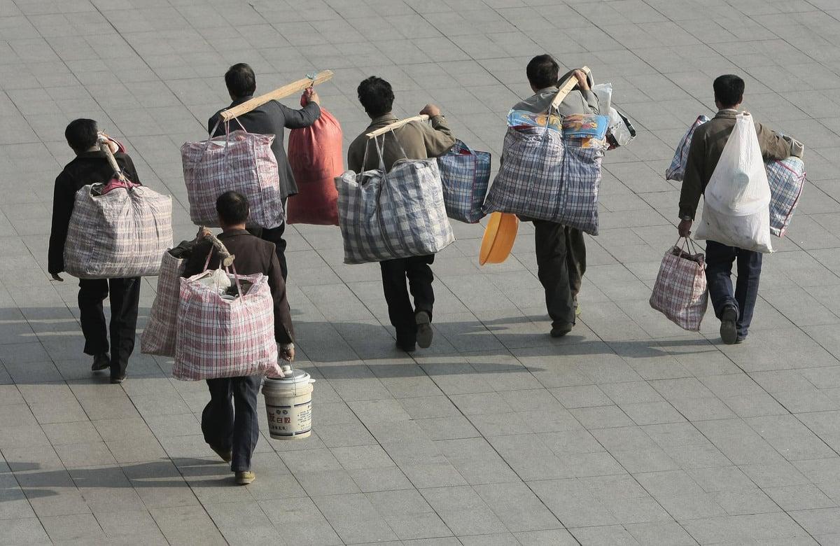 中共肺炎(俗稱武漢肺炎、新冠肺炎)爆發以來,中國已有數千萬人失業,對社會福利帶來極大壓力,其中最脆弱的勞工就是中國3億的農民工。(大紀元資料室)
