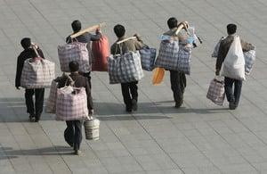 外出打工或當地謀生?2.9億農民工陷困境