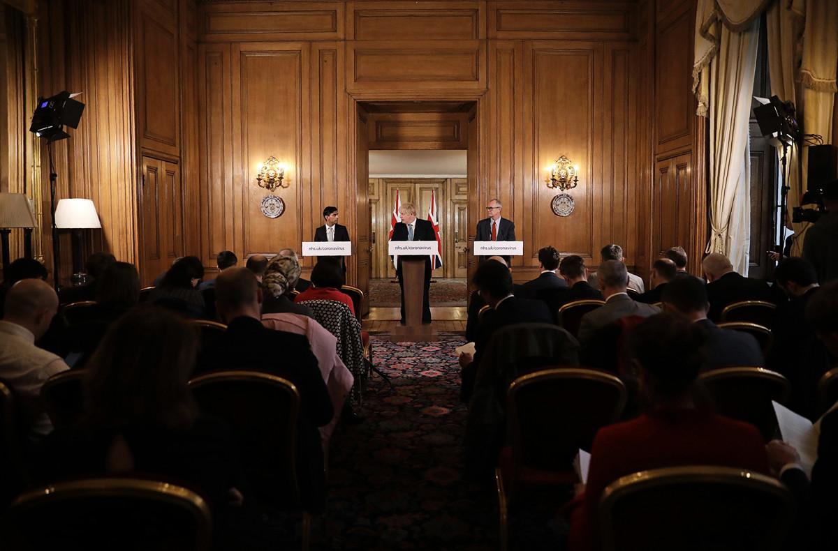 2020年3月17日,英國首相約翰遜(Boris Johnson)在唐寧街主持中共病毒(俗稱武漢肺炎、新冠肺炎)新聞發佈會。(Matt Dunham – WPA Pool/Getty Images)