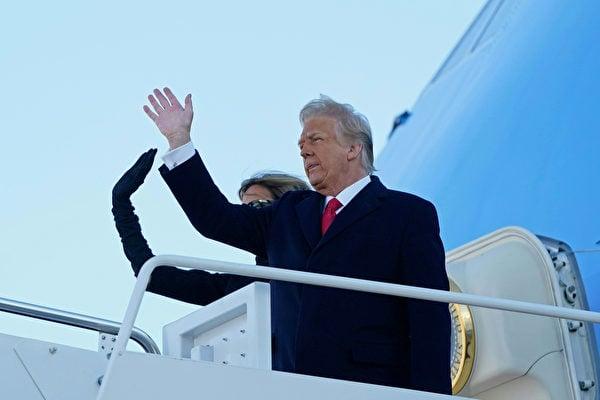 2021年1月20日,美國馬里蘭州安德魯斯空軍基地(Joint Base Andrews),總統特朗普與第一夫人梅拉尼婭登上空軍一號,準備前往位於佛羅里達州的海湖莊園(Mar-a-Lago)住所。(ALEX EDELMAN/AFP via Getty Images)