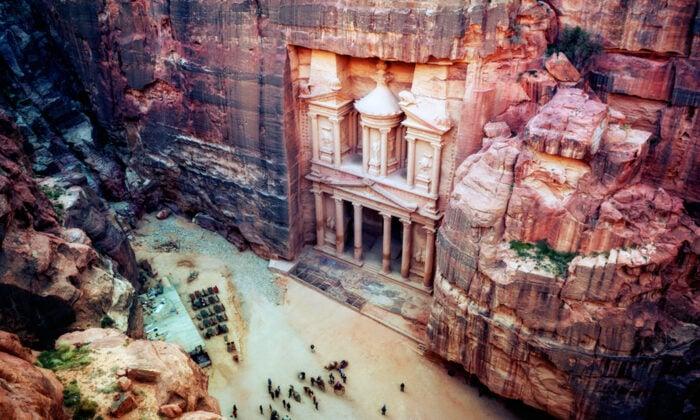 雕刻在約旦(Jordan)西南部紅砂岩懸崖上的佩特拉(Petra)古城。(Lukas Bischoff Photograph/Shutterstock)