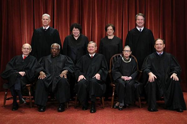 圖為2018年11月30日美國最高法院九名大法官合照。前排左起:斯蒂芬.佈雷耶(Stephen Breyer),克拉倫斯.托馬斯(Clarence Thomas),首席大法官約翰.羅伯茨(John Roberts),露絲.金斯伯格(Ruth Ginsburg),塞繆爾.阿利托(Samuel Alito);後排左起:尼爾.戈薩奇(Neil Gorsuch),索尼婭.索托馬約爾(Sonia Sotomayor),艾蕾娜.卡根(Elena Kagan)和佈雷特.卡瓦諾(Brett Kavanaugh)。 (Chip Somodevilla/Getty Images)