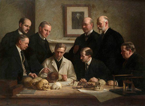 皮爾當人是20世紀著名的化石偽造事件中命名的古人類名稱。查理斯.道森(Charles Dawson,圖中後排右二)宣稱發現了古人類顱骨與下顎骨化石,事實上是將人類頭骨和像猿的頜骨拼在一起。圖為1915年約翰.庫克的描繪畫作。(公有領域)