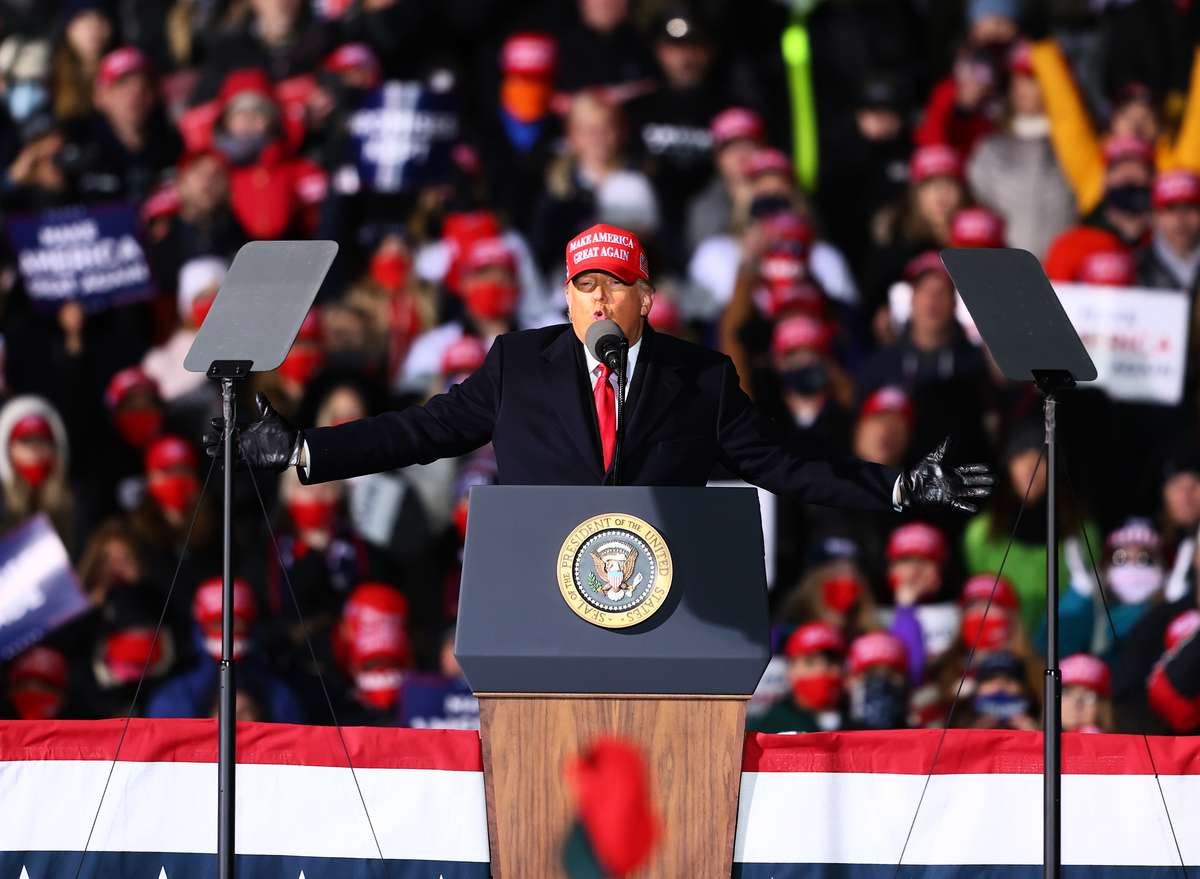 圖為2020年11月2日,美國密歇根州特拉弗斯市(Traverse City),總統特朗普在車厘子首都機場舉行競選集會。(Rey Del Rio/Getty Images)