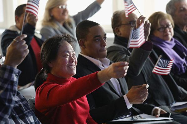 2020年2月26日,美國司法部宣佈設立新單位,專責處理除籍訴訟程序,撤銷外國人以非法手段取得的公民身份。圖為2018年1月22日在新澤西州宣誓入籍的人士。(John Moore/Getty Images)