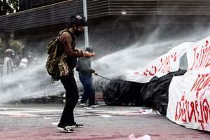 泰國民眾抗議政府防疫不力 遭水砲驅離(多圖)