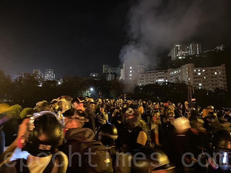 2019年11月12日,香港中大學生抵抗警方。(文瀚林/大紀元)