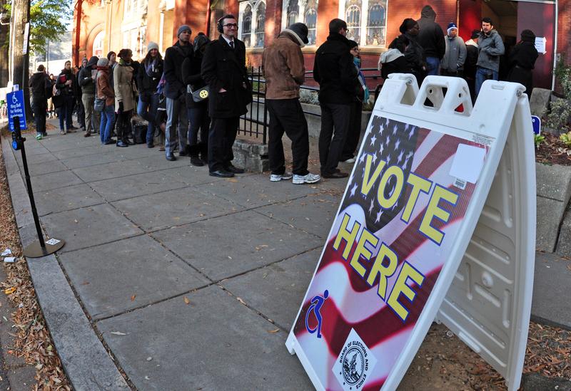 當地時間2012年11月6日,美國大選正式投票已經開始。已有26個州的投票站開放。圖為民眾在投票。(EVA HAMBACH/AFP)