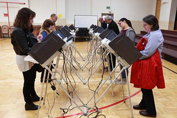 今天(8日)美國第58屆總統選舉隆重登場,全球屏息靜待全美1.2億選民的抉擇,用選票決定他們的第45任總統及第第48任副總統。(George Frey/Getty Images)