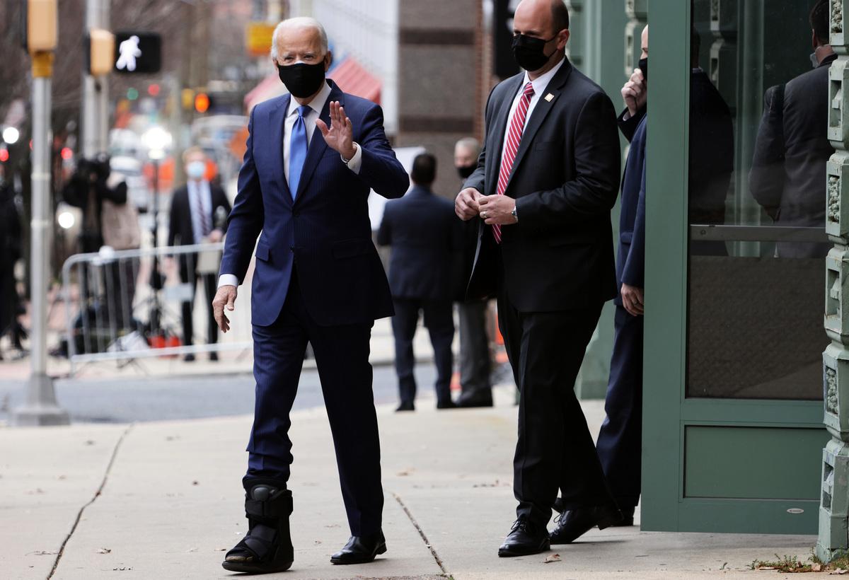 2020年12月1日,民主黨總統候選人喬·拜登(Joe Biden)離開特拉華州威爾明頓(Wilmington)的女王劇院。拜登最近與他的狗「少校」(Major)玩耍時不小心摔倒,致右腳髮際線骨折(見腳上長靴)。(Alex Wong/Getty Images)