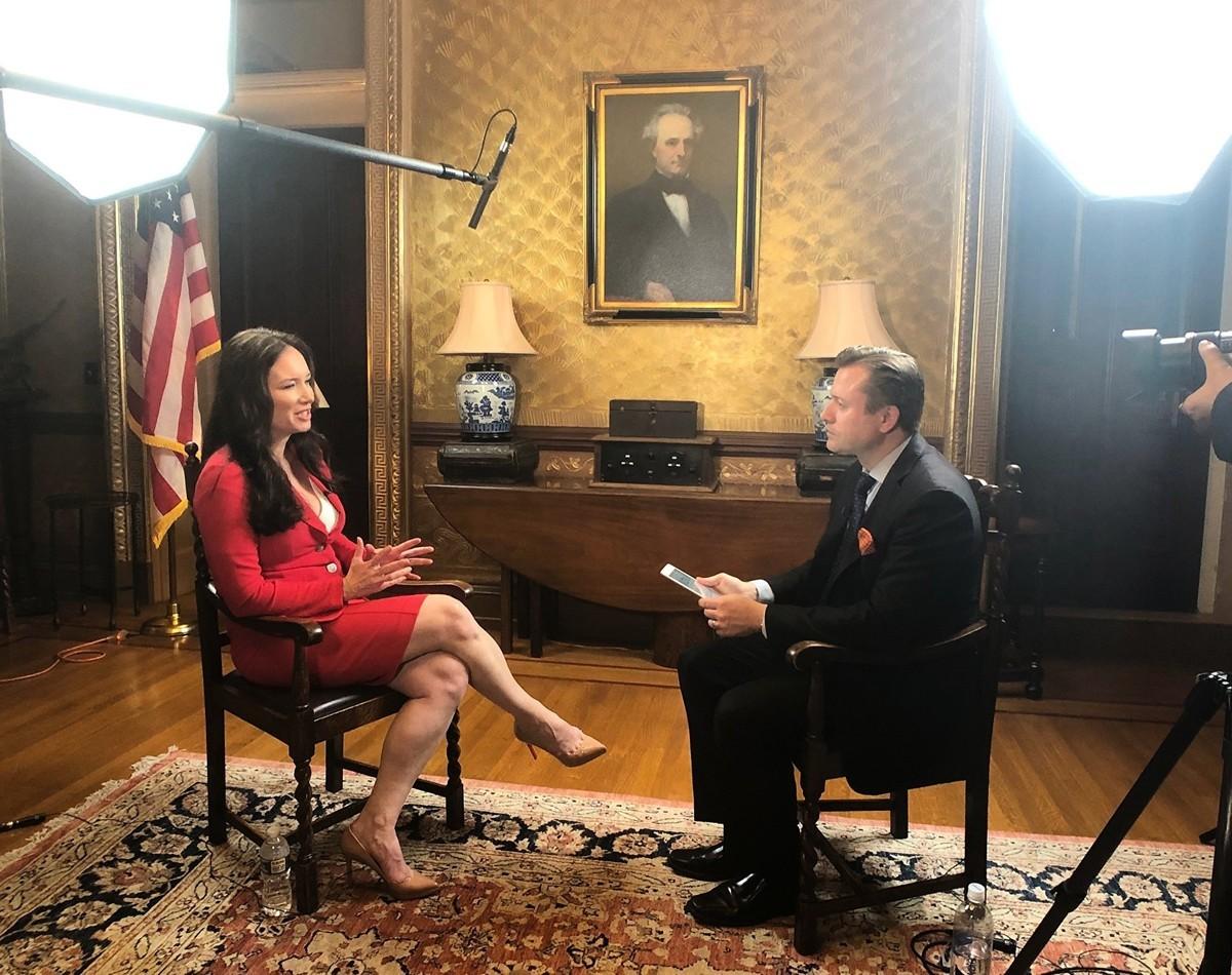 白宮美國創新辦公室首席官布魯克‧羅林斯(左)接受英文《大紀元》資深記者揚‧耶凱利克(右)的專訪。(Jan Jekielek推特)