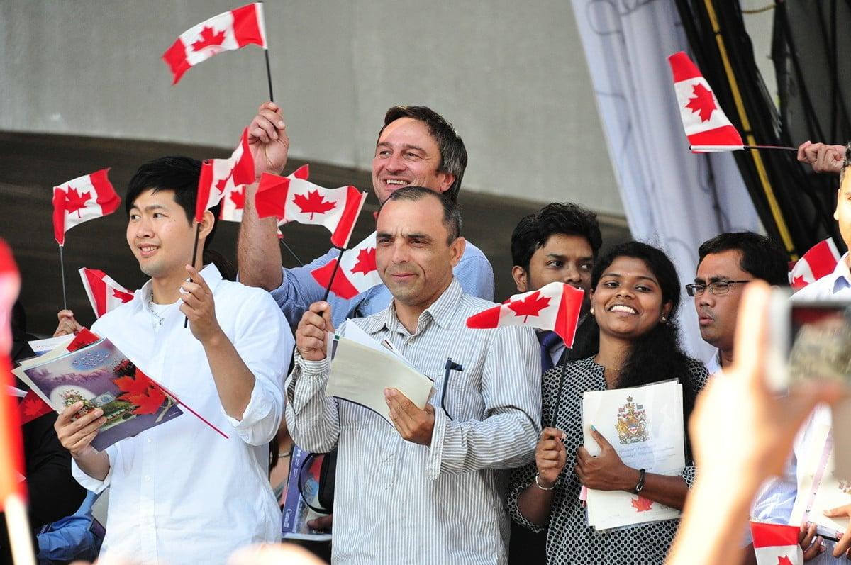 無論是大陸還是香港居民,看起來是收入越高的人,考慮移民加拿大的可能性越大。(大紀元)
