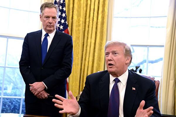 圖為美國總統特朗普和美國貿易代表羅伯特・萊特希澤(Robert Lighthizer)在白宮橢圓形辦公室。(Mike Theiler-Pool / Getty Images)