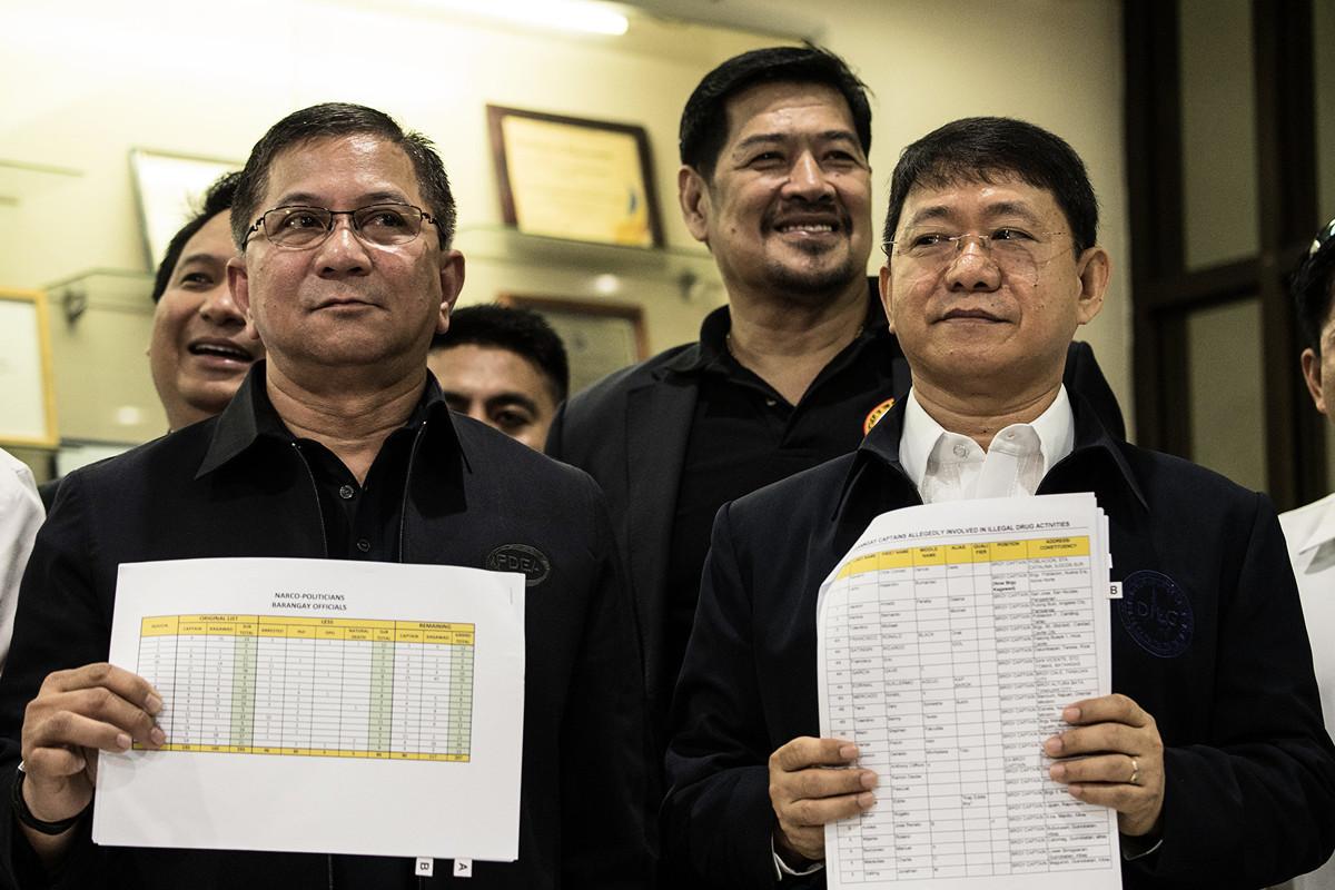 3月31日,菲律賓內政部長(內務和地方政務部長)愛德華多·安紐(Eduardo Ano,右)宣佈,他確診感染中共病毒。 (Photo by NOEL CELIS / AFP)
