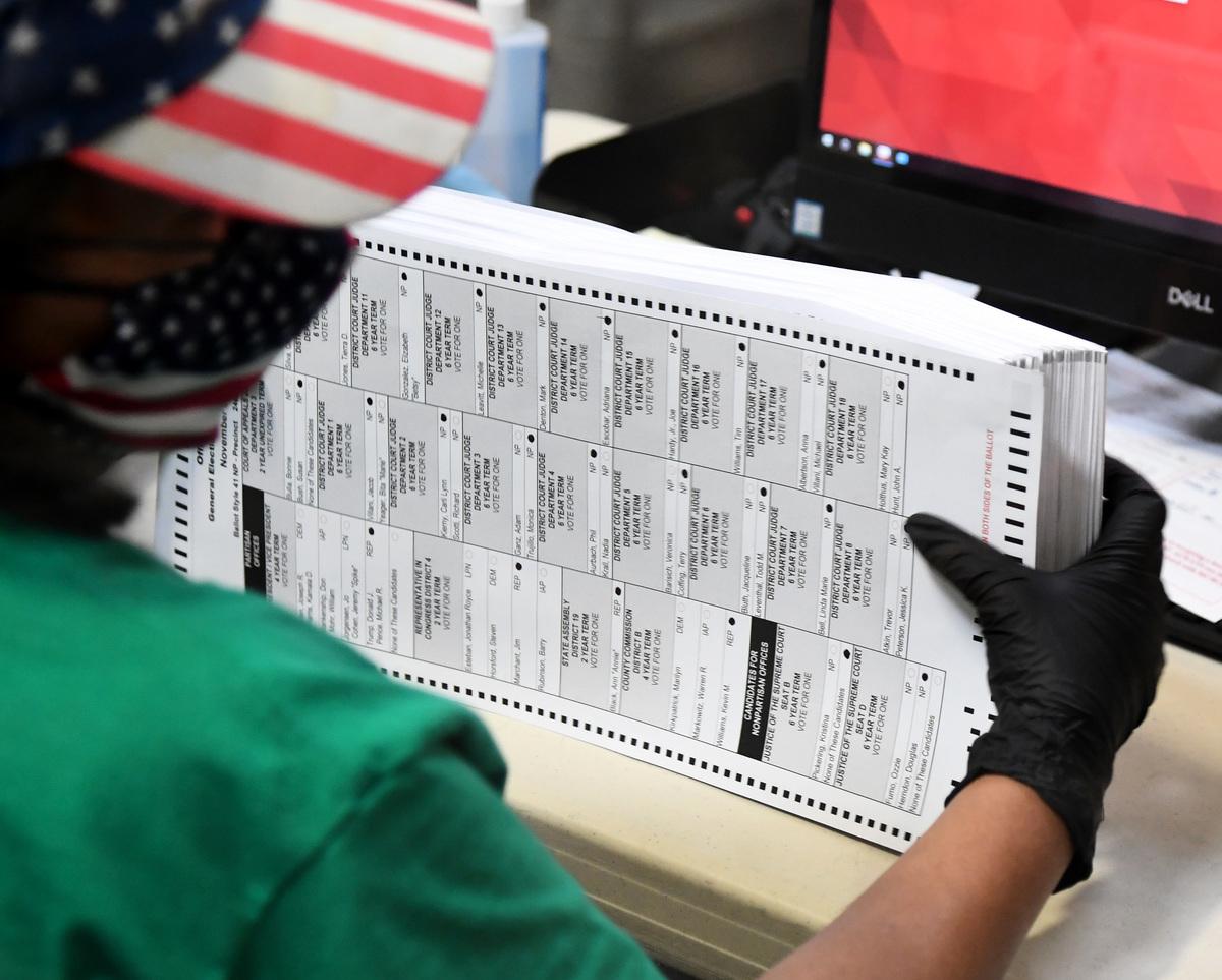 圖為2020年11月7日,一名內華達州的選舉工作人員正在整理郵寄選票。(Ethan Miller/Getty Images)