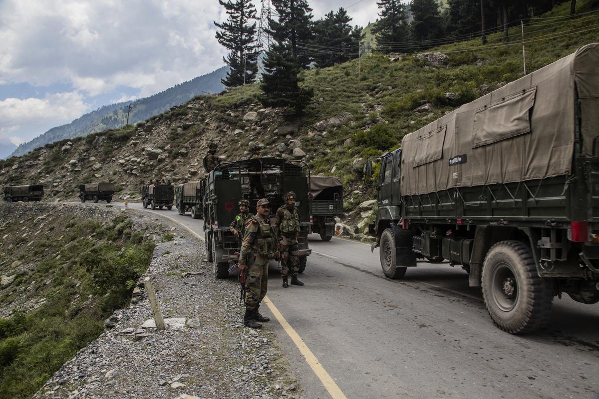 9月2日,印度增援部隊朝列城方向開進。(Yawar Nazir/Getty Images)