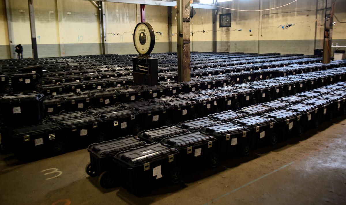 政治評論家艾德里安‧諾曼表示,人們對COVID-19大流行的恐懼和恐慌,被利用於擴大郵寄投票的規模,從而加劇了缺席投票系統中早已存在的問題。圖為賓州阿勒格尼縣(Allegheny County)選舉倉庫。(Jeff Swensen/Getty Images)