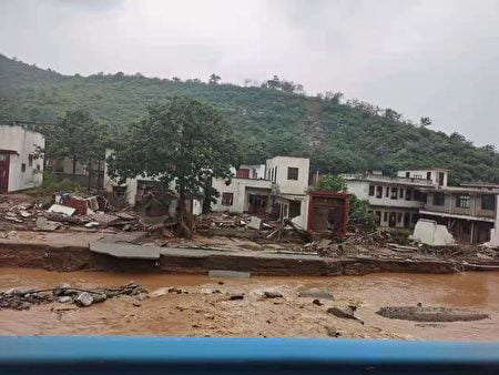 7月20日,河南滎陽市崔廟鎮王宗店村,洪水沖垮房屋,至少23人被倒塌房屋掩埋或被洪水沖走,至今仍有七人下落不明。(受訪者提供)