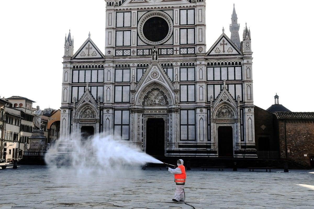 被嚴重疫情籠罩的意大利封關鎖國,2020年3月21日,昔日熱鬧的佛羅倫斯聖十字廣場(Piazza Santa Croce)如今只有消毒員。(Carlo BRESSAN/AFP)