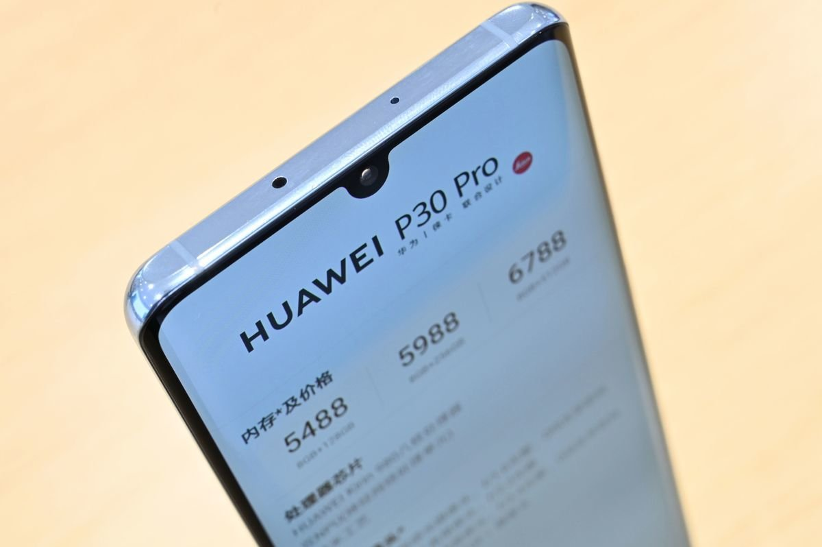 華為最新款手機P30 Pro中,組件列表包括:正面和背面的康寧(Corning)玻璃、美光(Micron)的閃存,以及允許手機連接到3G和LTE網絡的網絡組件等。(HECTOR RETAMAL/AFP/Getty Images)