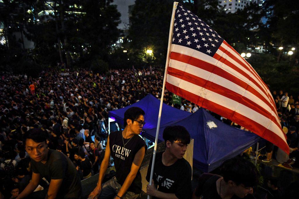 香港反送中抗議者於2019年8月16日在香港遮打大廈花園聚會時舉著美國國旗。(LILLIAN SUWANRUMPHA/AFP/Getty Images)