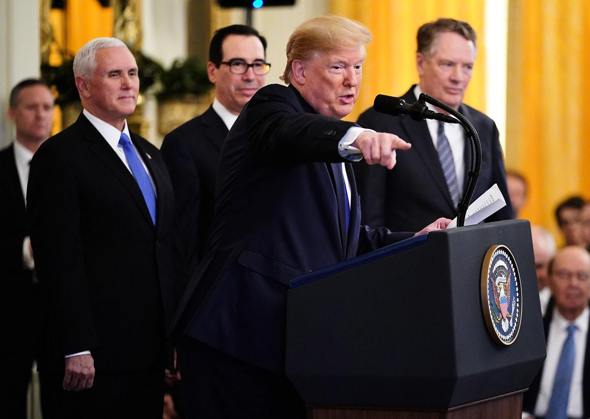 圖為2020年1月15日中美第一階段貿易協議簽署之日,美國特朗普總統發表講話。他身後從左至右分別為副總統彭斯、財長姆欽、貿易談判代表萊特希澤。(MANDEL NGAN/AFP)