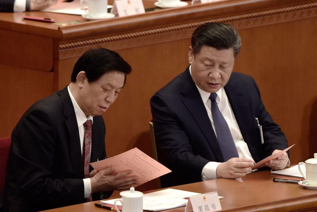 中共全國人大出台「港版國安法」後,令香港的「一國兩制」變成了「一國一制」。隨即,身為人大委員長的栗戰書的醜聞被曝光。圖為栗戰書(左)和習近平。(FRED DUFOUR/AFP/Getty Images)