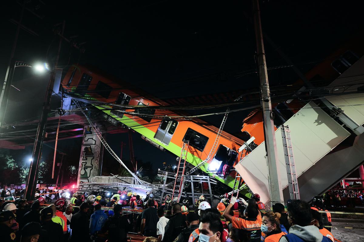 2021年5月3日,墨西哥城一條高架地鐵軌道倒塌後,緊急救援人員正在搜尋倖存者。(Hector Vivas/Getty Images)